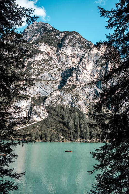 Einzelnes Boot teibt auf dem Pragser Wildsee