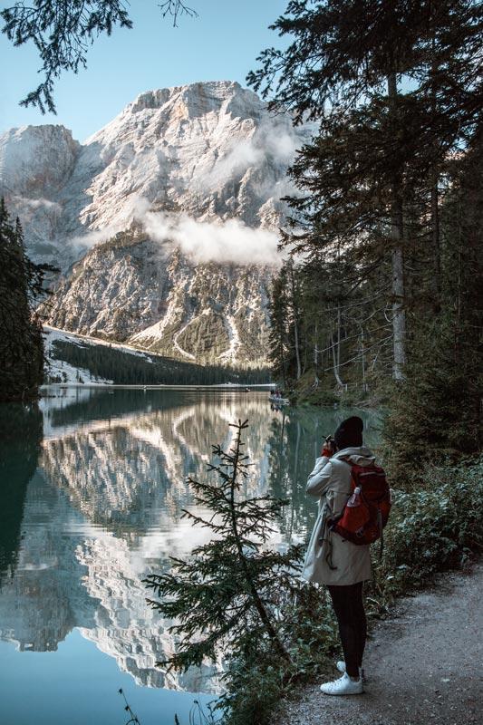 Chrissi schießt ein Foto vom Pragser Wildsee