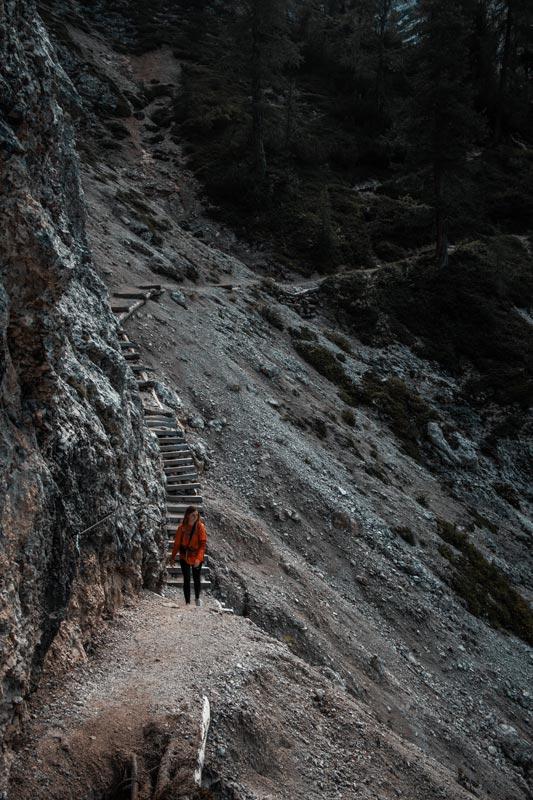 Eine Anspruchsvolle Stelle bei der Wanderung zur Seekofelalm, die nur mit Brettern gesichert ist