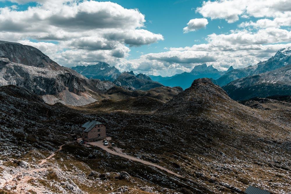 Ausblick über die Dolomiten mit der Seekofelalm im Vordergrund