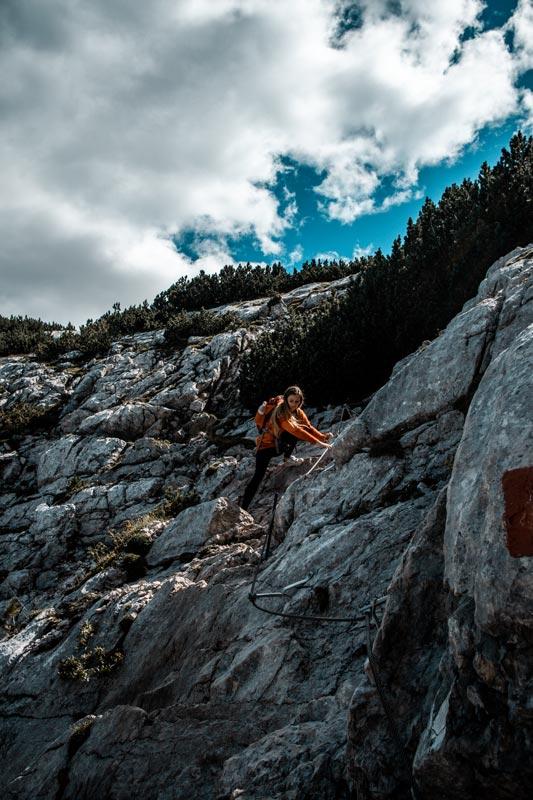 Chrissi klettert die Steilwand hoch