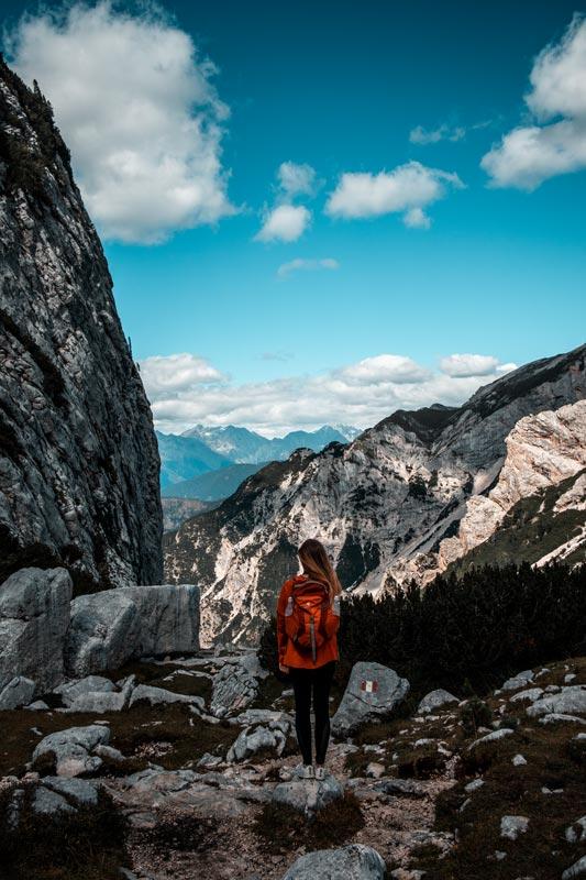 Chrissi blickt in die Ferne. Die Dolomiten erstreckentürmen sich im Hintergrund auf