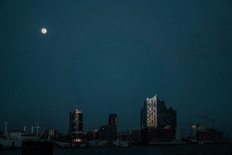 Fotospot beim Elbtunnel mit Blick auf die Elbphilharmonie