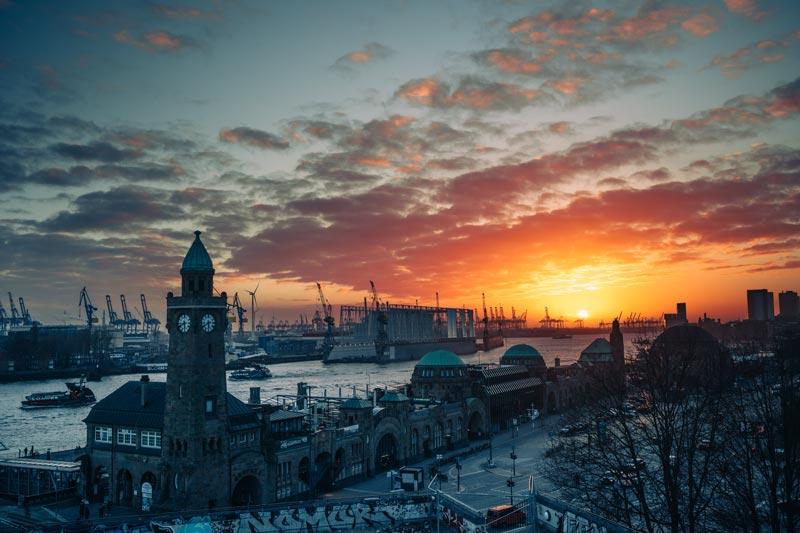 Sonnenuntergang mit Blick über den Hamburger Hafen