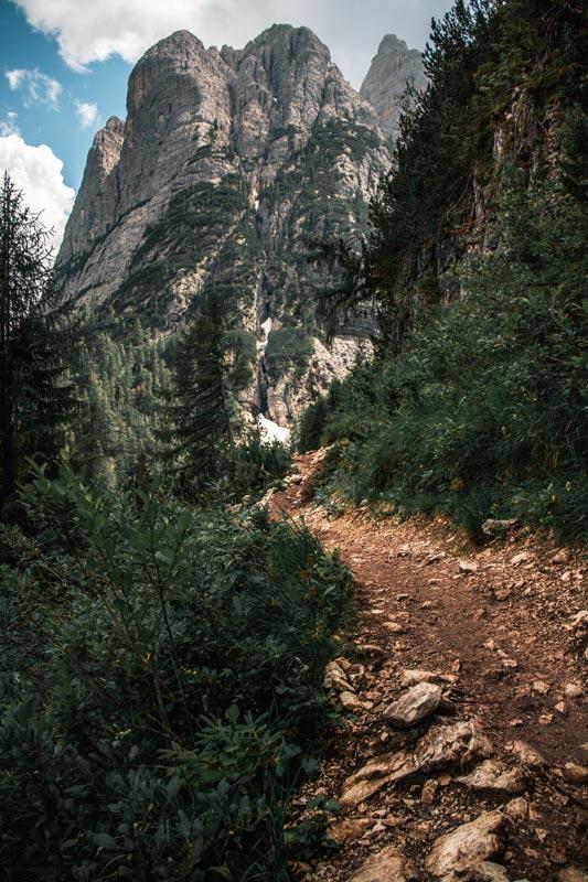 Wanderweg zum Lago Di Sorapis mit einem Berg im Hintergrund