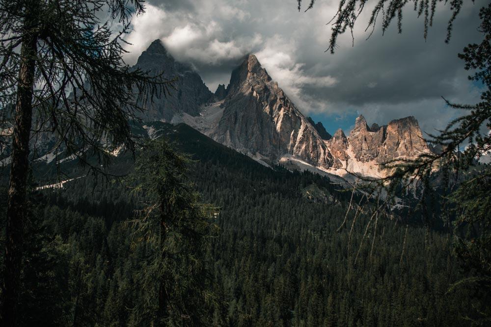 Ausblick auf eine Gebirgskette vom Wanderweg aus