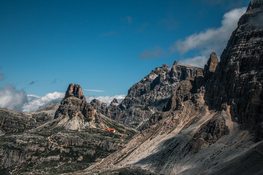 Blick auf den Wanderweg der direkt zur Dreizinnenhütte führt