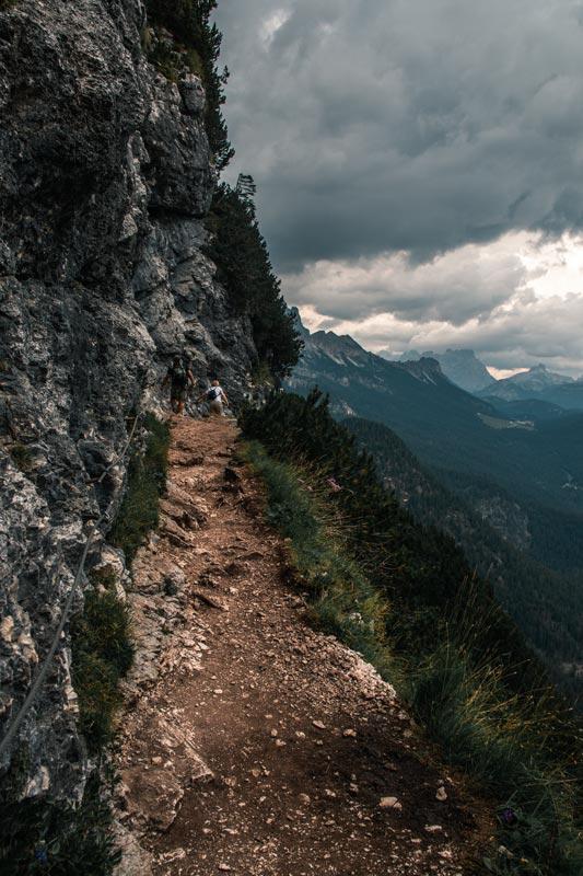 Wanderweg mit steil abfallendem Gelände auf der rechten Seite