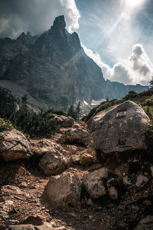 Fels mit der Markierung für Wanderweg 215 kurz vor dem Lago Di Sorapis