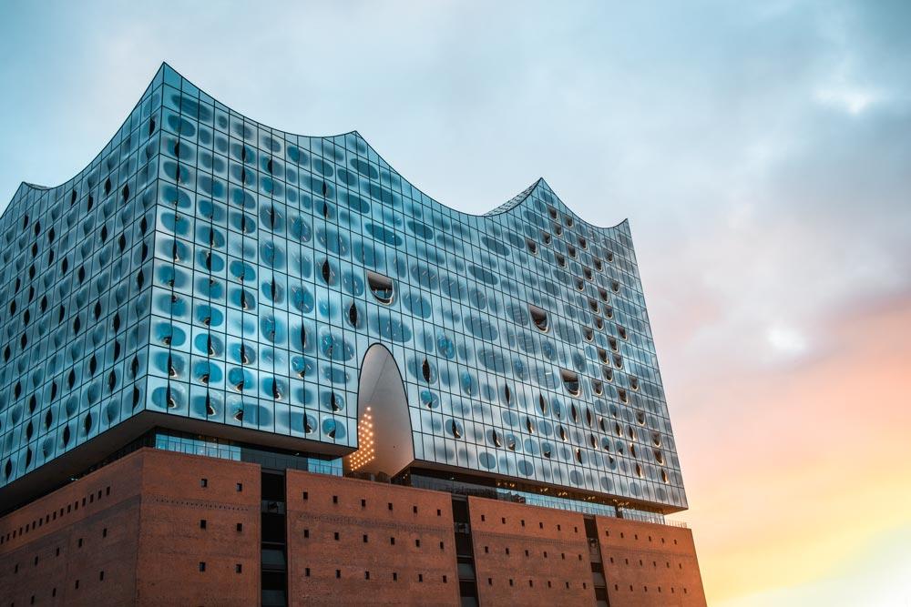 Bild von der Elbphilharmonie bei Sonnenuntergang